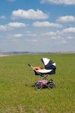 Een kinderwagen die zich alleen op de gebieden bevindt Stock Foto