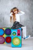Een kindmeisje luistert aan een lied in de hoofdtelefoons Conceptenmuziek, Stock Foto's