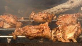 Een kippengrill stock videobeelden