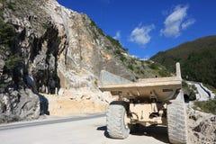 Een kipwagenvrachtwagen die in een marmeren steengroeve van Carrara wordt gebruikt Grote gele dum royalty-vrije stock afbeelding
