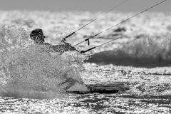 Een kitesurfer bespattend water royalty-vrije stock fotografie
