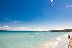 Een kitesurfer die dichtbij strandla Cinta glijden, Sardinige Stock Fotografie