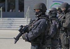 Een klaar groep anti-terroristen beschermt het voorwerp stock afbeelding