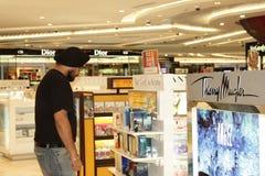 Een klant die bij een parfumteller winkelt Stock Fotografie