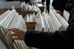 Een klant doorbladert een marktkraam Stock Afbeeldingen