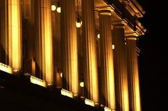 Een klassiek Gebouw stak omhoog bij Nacht aan Stock Foto