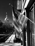 Een klassiek zwart-wit schot van de Amerikaanse vlag in Savanne, Georgië stock foto's