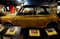 Een klassieke auto met een prachtige architectuur royalty-vrije stock fotografie