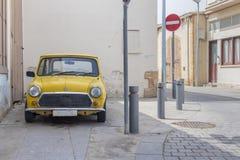 Een klassieke gele mini geparkeerde kuiper royalty-vrije stock afbeelding