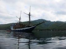 Een klassieke houten Indonesische boot voor het duiken safaris stock afbeeldingen