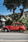 Een klassieke uitstekende rode auto schoot van de rechterkant royalty-vrije stock afbeelding
