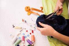 Een kleermaker die wijzigingen doen stock foto's