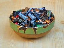 Een kleikom met bestede batterijen wordt gevuld die Stock Fotografie