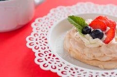 Een klein dessert van schuimgebakjepavlova met aardbei en munt royalty-vrije stock afbeeldingen