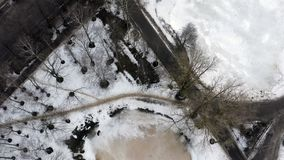 Een klein die meer met ijs op een park stedelijk gebied wordt behandeld stock videobeelden