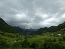 Een klein dorp in de bergen van Albanië Stock Foto's