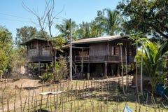 Een klein dorp op de manier van Wat Phou aan de Nakasong-eilanden in Laos stock fotografie