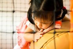Een klein glimlachmeisje kruipt bij speelplaats Royalty-vrije Stock Foto's