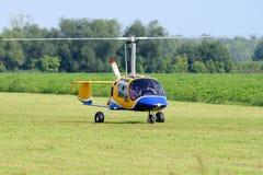 Een klein gyrovliegtuig voor twee mensen stock fotografie