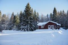 Een klein huis in een de winterlandschap Royalty-vrije Stock Afbeeldingen