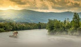 Een klein huis op de rots in de Drina-rivier royalty-vrije stock foto's