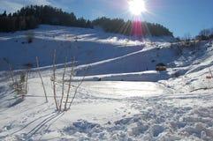 Een klein ijzig bergmeer na de bevroren winter Stock Foto