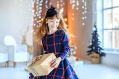 Een klein jong geitje houdt een verrassingsdoos Nieuwe concepten Gelukkige Kerstmis, Royalty-vrije Stock Afbeeldingen