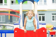Een klein jong geitje speelt op de speelplaats Het concept kinderjaren, levensstijl, opvoeding, kleuterschool Royalty-vrije Stock Afbeelding