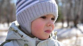Een klein kind loopt in het Park Het gezicht van de close-up Pret en spelen in de verse lucht stock footage