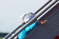 Een klein meisje beklimt de treden stock afbeeldingen
