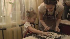 Een klein meisje bindt uit de bloemsmaak stock video