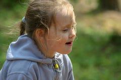 Een klein meisje in de zomer royalty-vrije stock afbeelding