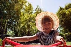 Een klein meisje die een carrousel berijden royalty-vrije stock afbeeldingen