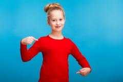 Een klein meisje die haar overhemd tonen stock fotografie