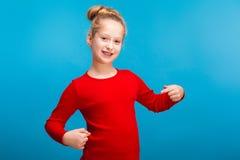 Een klein meisje die haar overhemd tonen royalty-vrije stock afbeelding