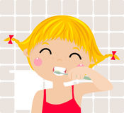 Een klein meisje die haar tanden borstelen Royalty-vrije Stock Afbeelding