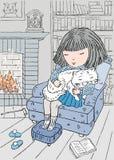 Een klein meisje en haar kattenslaap in een leunstoel door de open haard Royalty-vrije Stock Fotografie
