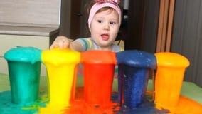 Een klein meisje experimenteert en verrast stock videobeelden