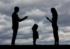 Een klein meisje is het schreeuwen, horend hoe haar ouders ruzie maken en gescheiden worden royalty-vrije stock afbeelding