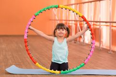 Een klein meisje is 5 jaar oud in de gymnastiek Royalty-vrije Stock Fotografie