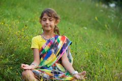 Een klein meisje in kleurrijke Sari royalty-vrije stock afbeelding