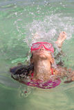 Een klein meisje komt uit het overzees te voorschijn Stock Foto