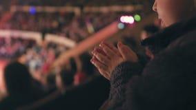 Een klein meisje let op prestaties in een circus toejuichend haar handen stock video