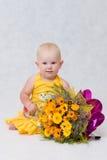 Een klein meisje met een groot bloemboeket Stock Foto's