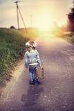 Een klein meisje met een oude koffer Stock Fotografie