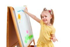 Een klein meisje is paintig door vingers op Witboek Stock Afbeelding