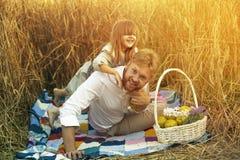 Een klein meisje speelt met haar papa Stock Afbeelding