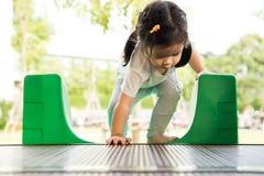 Een klein meisje speelt in speelplaats Stock Fotografie