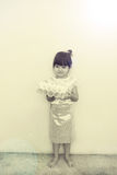 Een klein meisje in Thaise klassieke kleding voor Loy Kratong Festival Stock Fotografie