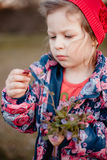 Een klein meisje wihr een boeket van bloemen in haar handen stock foto
